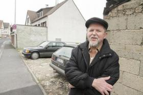 Hat Recht bekommen mit seiner Klage gegen den Bebauungsplan: Manfred Kempf. Er befürchtete, dass sein Haus (im Hintergrund) an der Heimbuchenthaler Hauptstraße von einem Reihenhauskomplex erschlagen würde, wenn er auf der Freifläche daneben entstünde. Foto: Harald Schreiber